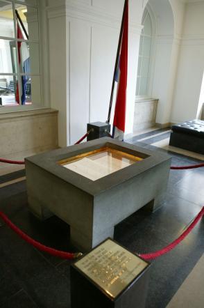 De Erelijst van Gevallenen 1940 - 1945 bij de ingang van de Tweede Kamer.